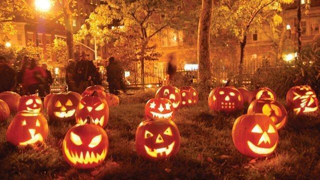 Jack-o'-lanterns-displayed in a park