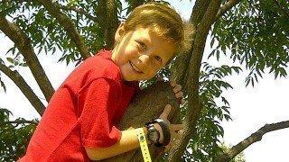 Raw Food Levi climbs a tree