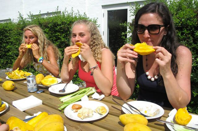 Anne Osborne enjoys mangos with guests at the 2015 Fresh Food Festival
