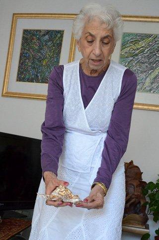 Betty Korba holds a seashelll