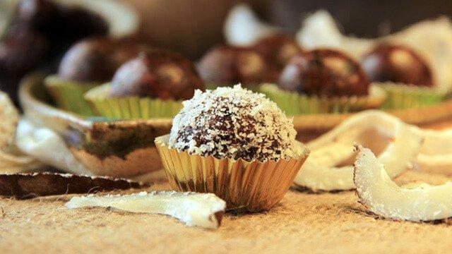 Raw Narial ke Ladoo (Raw Coconut Balls)