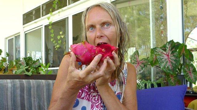 Kvetoslava Martinec eats dragon fruit