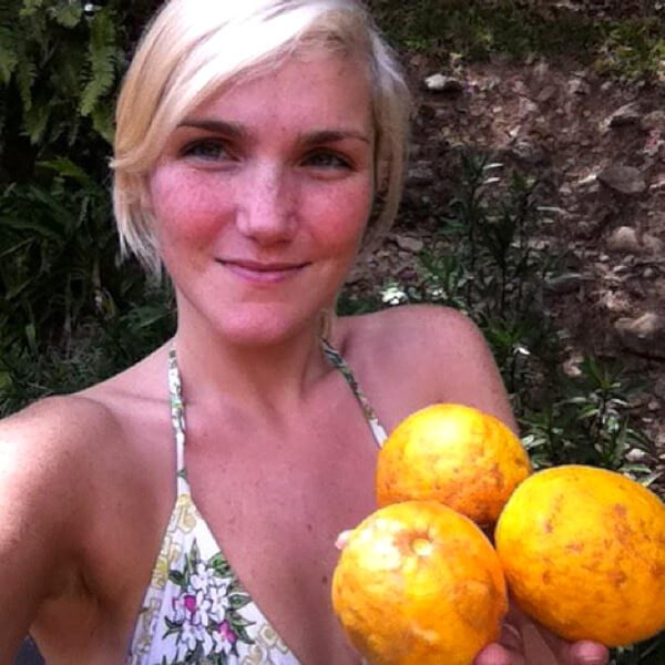 Anastasia Voss holds fruits