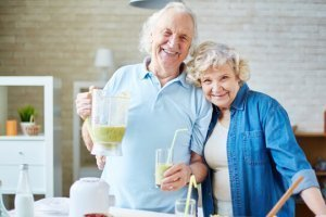 Elderly couple pours smoothies