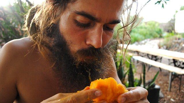 Mikkel Gisle Johnsen eats a mango in La Palma