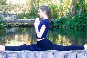 Aliyah Washington performs a split outside